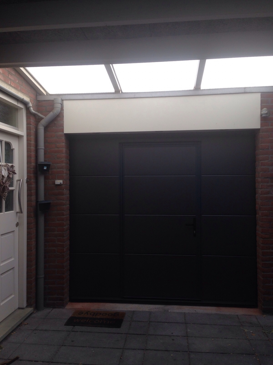 Sectionale garagedeur type vlak glad metallic met loopdeur.