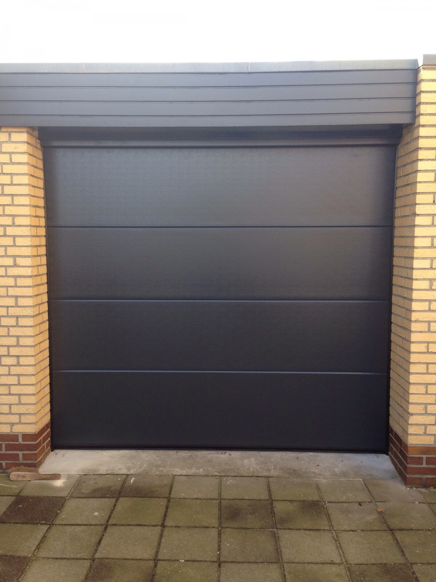 Sectionale garagedeur type stucco vlak RAL 7016.